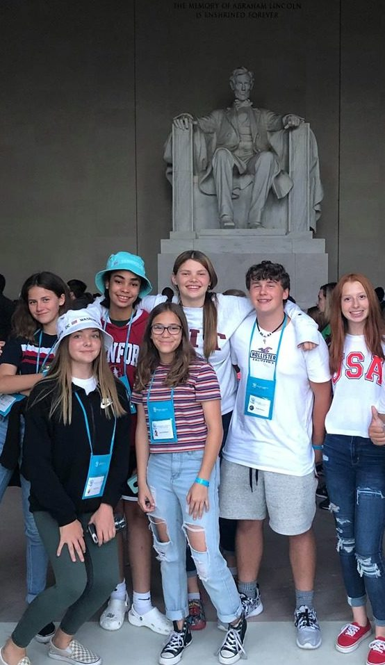 students in front of the Lincoln Memorial in Washington DC