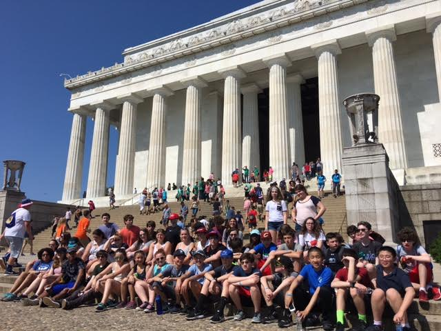 Students at the Lincoln memorial.jpg
